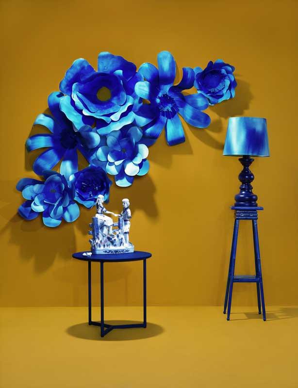 Geel met blauw interieur, blauwe papier bloemen, blauwe lamp