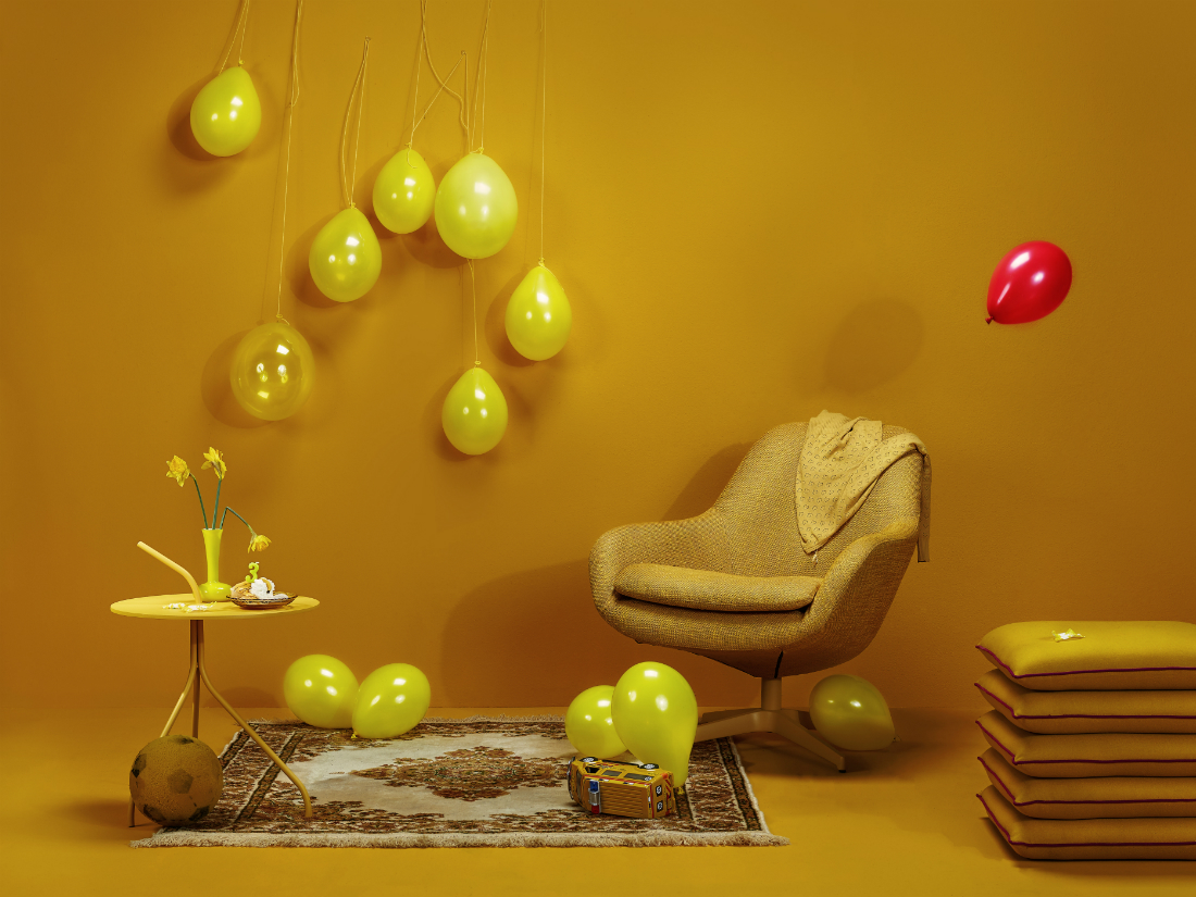 Gele fauteuil, gele ballonnen, geel interieur