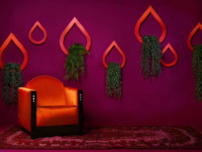 Kleur in je bedrijf hotellobby oranje aubergine met planten decoratie en oranje fauteuil