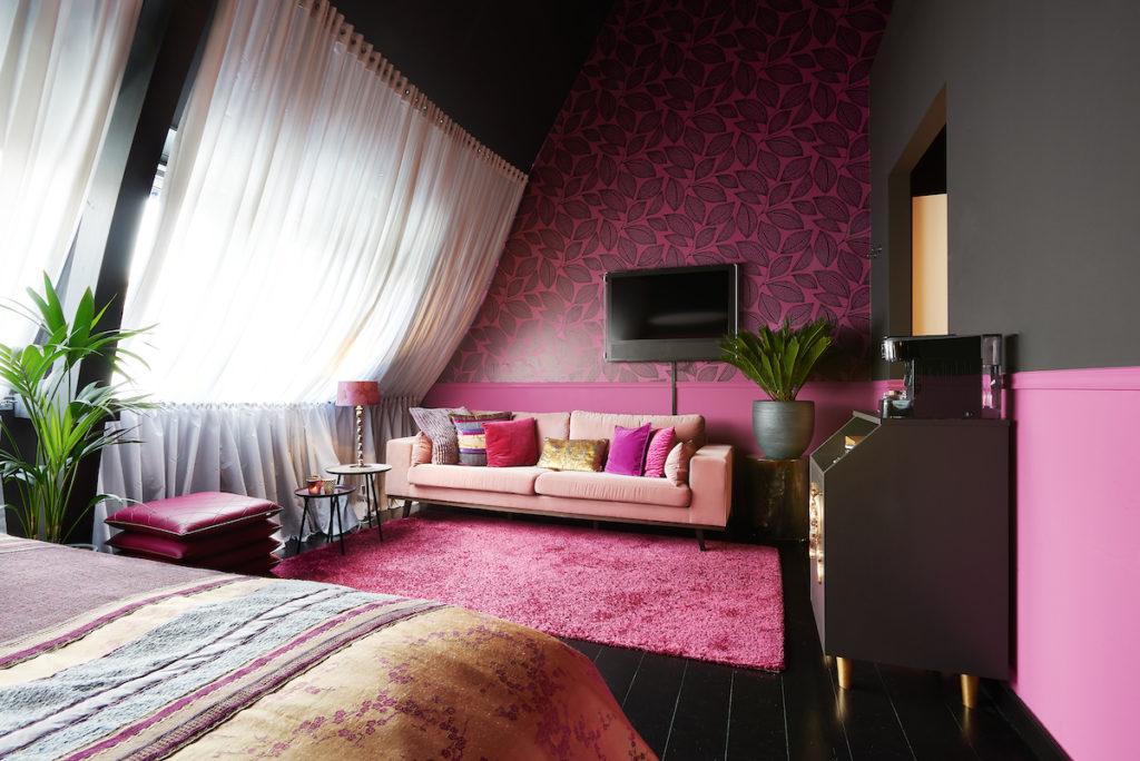 kleur in je bedrijf - hotelkamer Deuletap Librije roze aubergine paars
