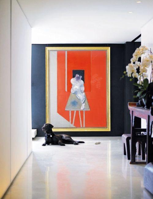 Een Eclectic Chic interieur met kunst aan de muur