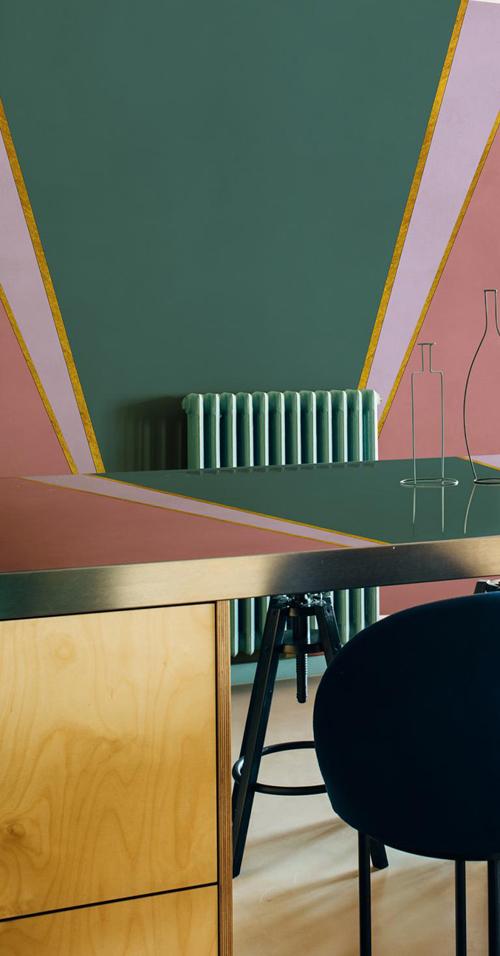 gekleurde wanden in een cosmopolitan luxury interieur