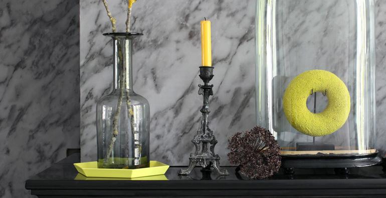 cosmopolitan luxury interieur met marmer en gele kaars