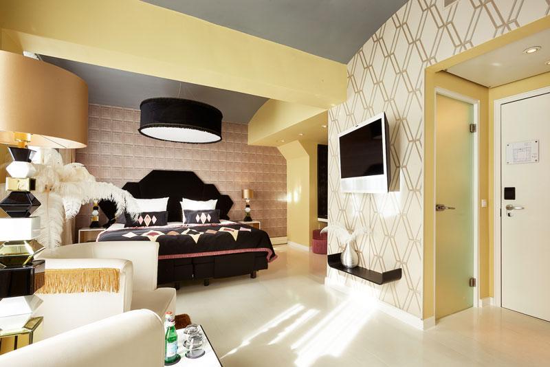Luxurious hotelroom in vanilla, cream, soft yellow and black. Design by Ingrid van der Veen. Hotel De Librije